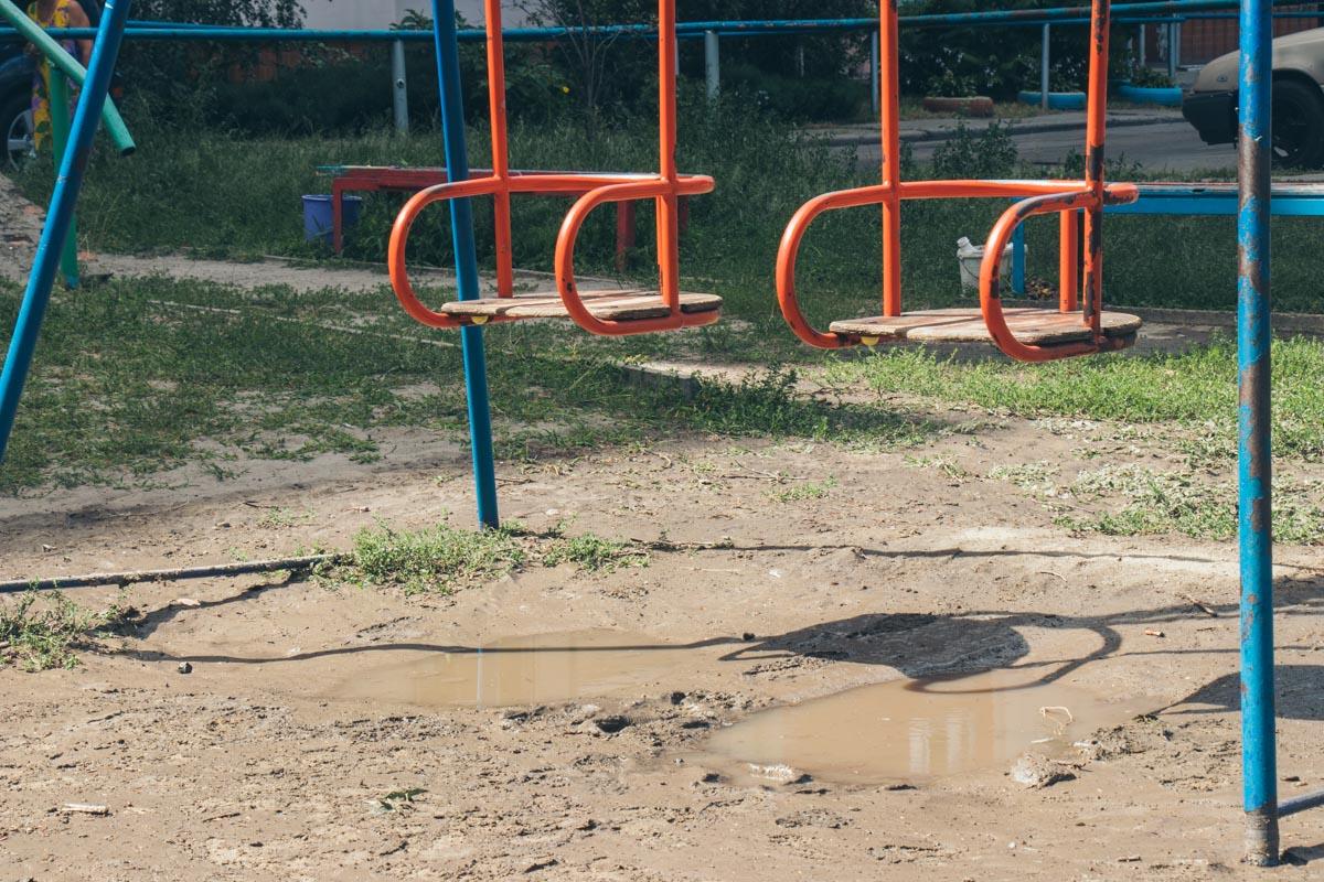 Местные жители полагают, что перекрыли хлещущую воду сотрудники ближайшей бойлерной