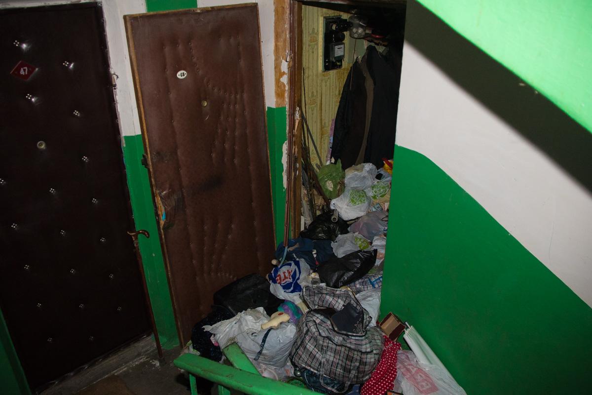 Чтобы попасть в квартиру, спасатели выломали дверь