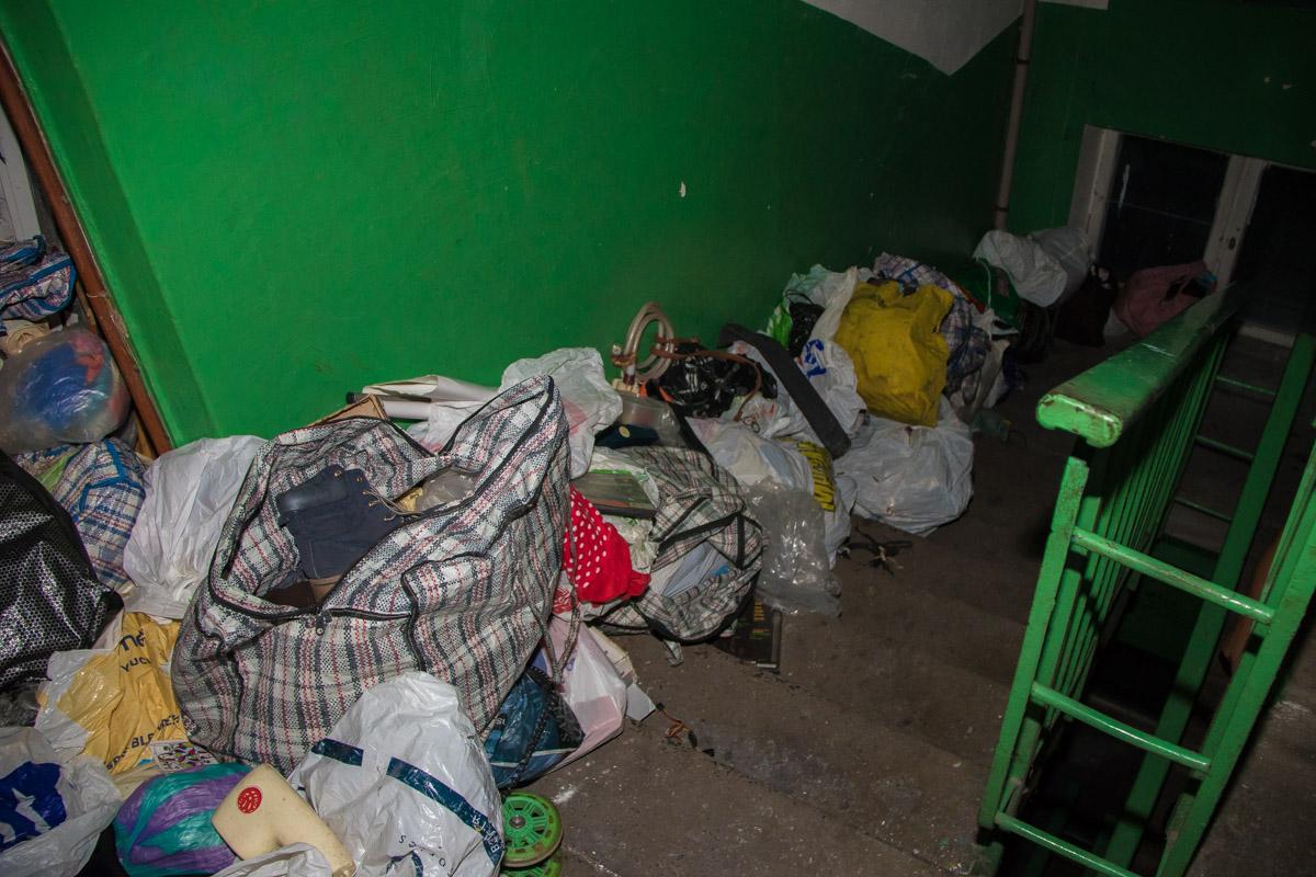 Вся квартира была заставлена пакетами с хламом