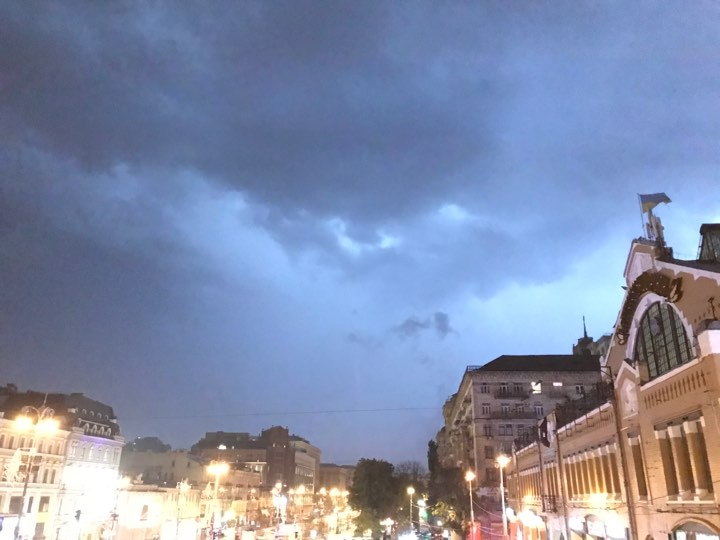 Молния в три часа ночи осветила центр Киева