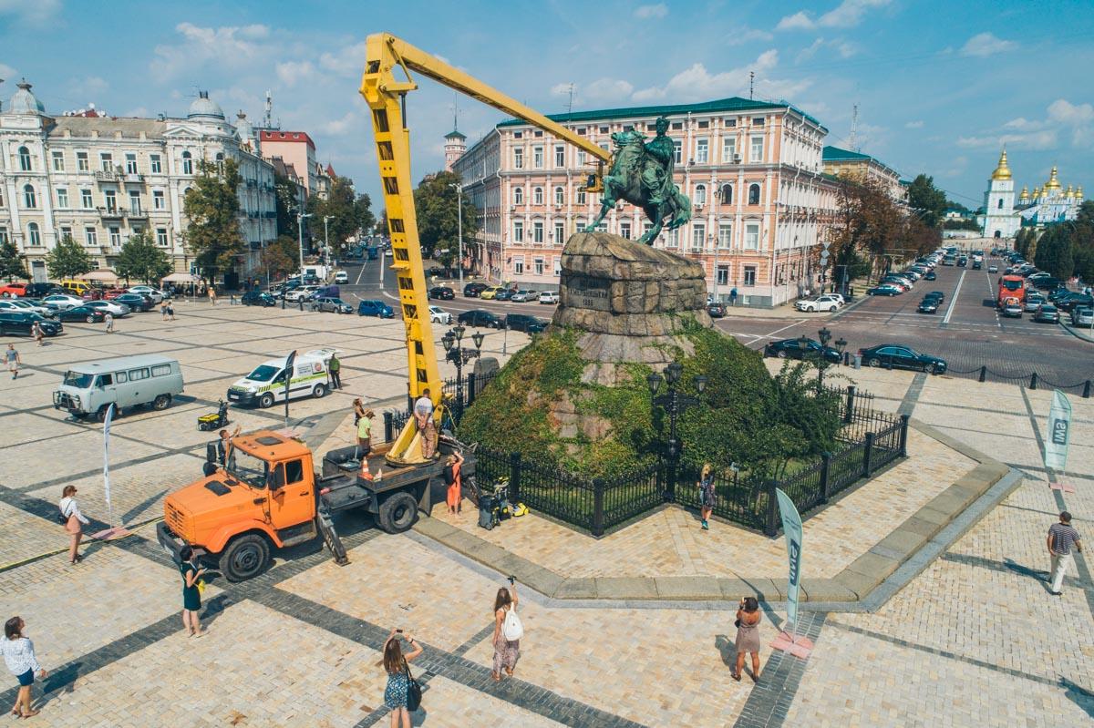 21 августа на Софийской площади помыли памятник Гетьману Богдану Хмельницкому