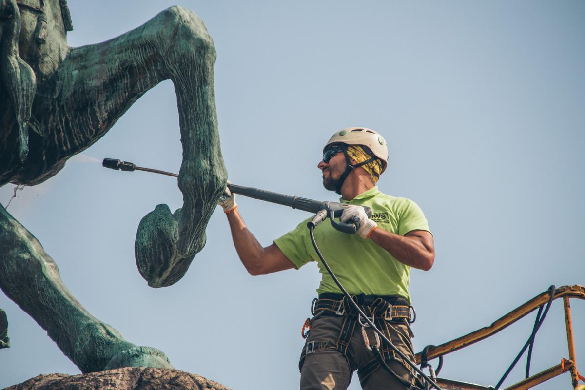 Мойка монумента приурочена ко Дню Независимости Украины