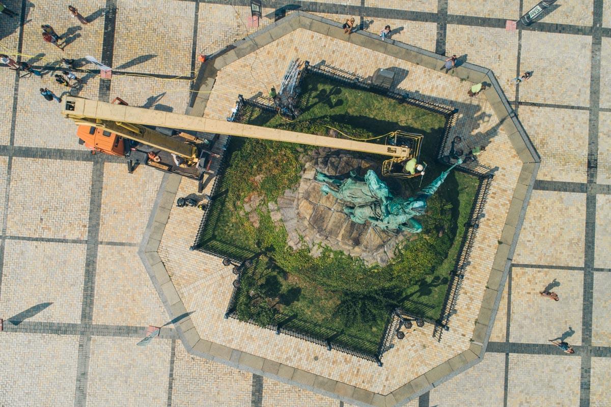 Для очистки памятника использовали чистую воду, специальные моющие средства иколенчатую автовышку