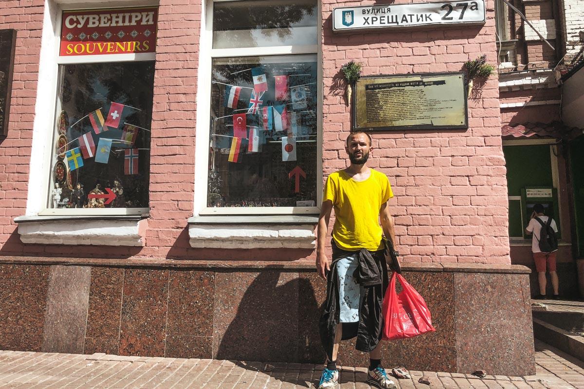 Мужчина, который представился Игорем, говорит, что его возмущает наличие двух табличек на здании