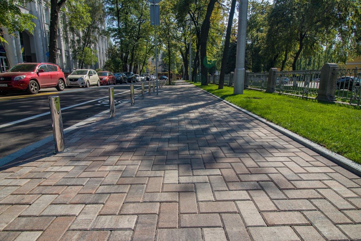 На Леонтовича уложили новую тротуарную плитку