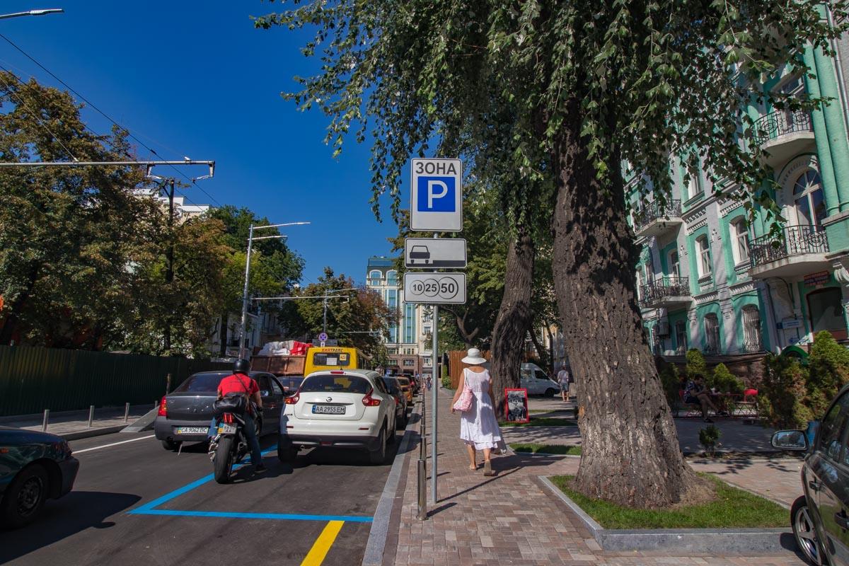 Тут появились парковочные места для людей с ограниченными возможностями.