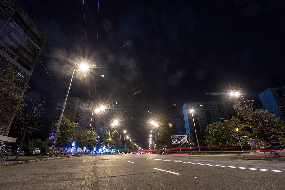 Утром город оживет, а пока - пустынные улицы освещают одинокие фонари