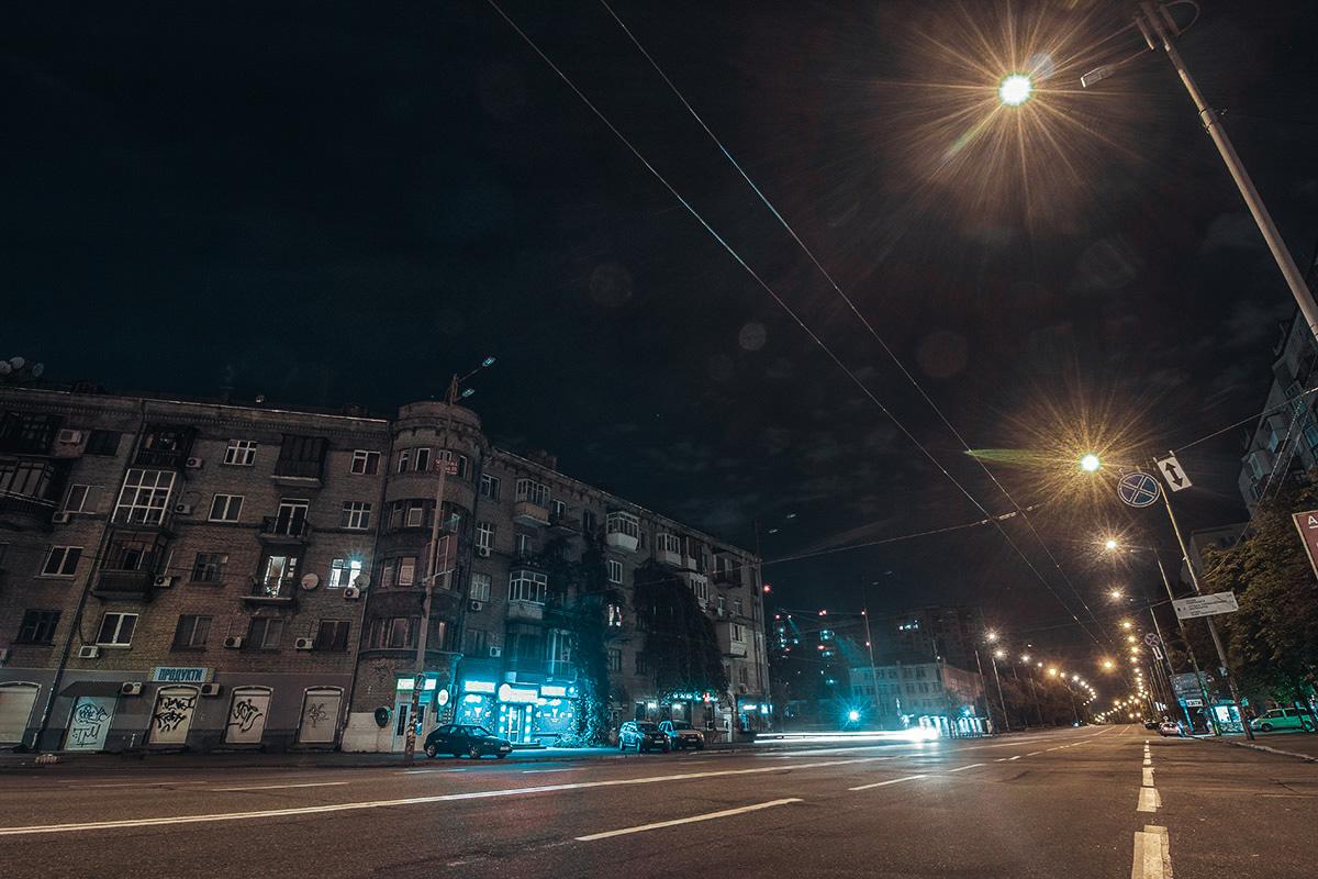 Светящиеся окна в жилых домах напоминают прохожему, что он не одинок