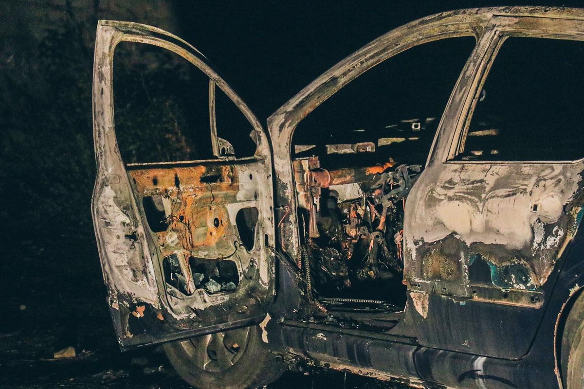 Сгоревшее авто нашли в гаражном кооперативе