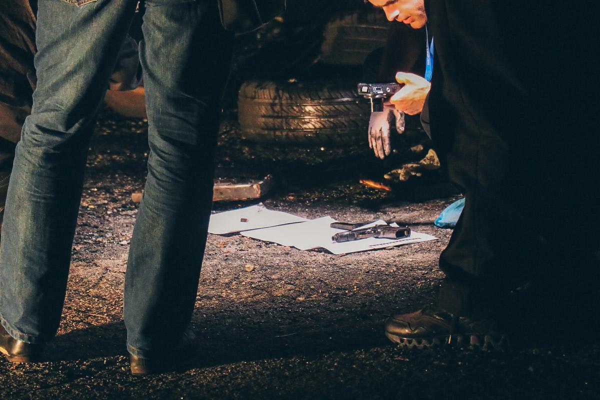 Также в машине выявили оружие - пистолет и автомат