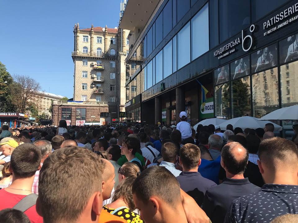 """По окончанию парада многие сразу же устремились на метро """"Крещатик"""", что спровоцировало коллапс в вестибюле станции и у турникетов."""