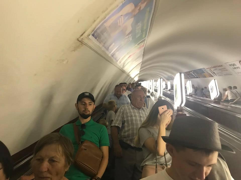 Чтобы справиться с большим потоком людей сотрудникам метрополитена пришлось поставить у турникетов специальную кассу-копилку