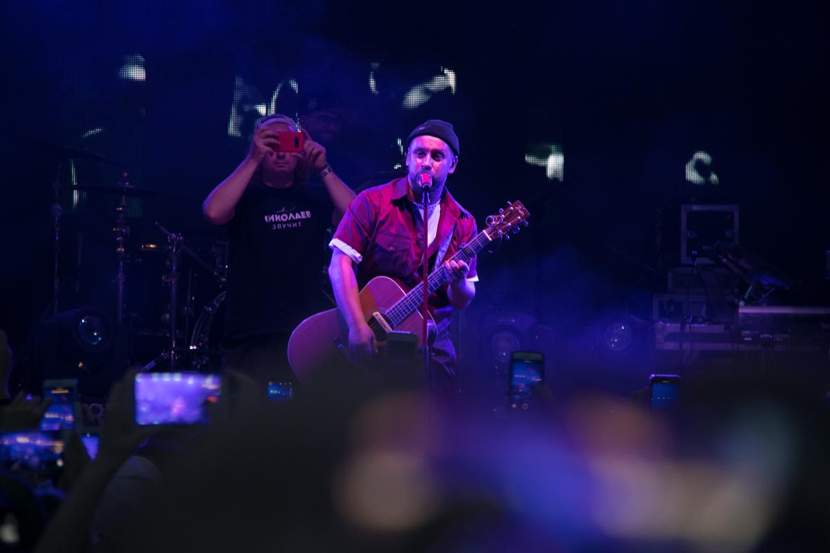 Певец исполнил любимые хиты под гитару
