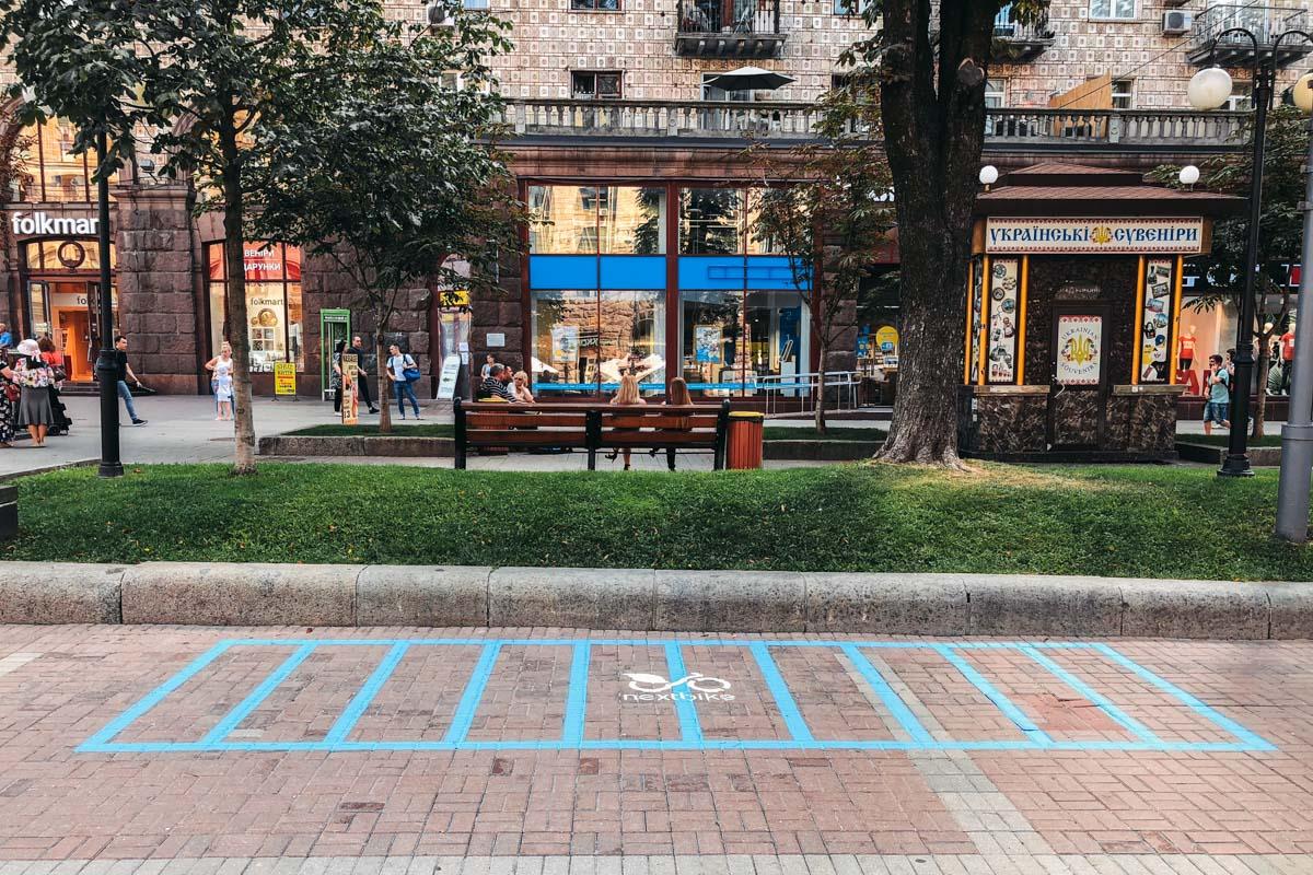 В центре Киева на Крещатике с недавних пор появилась новая разметка