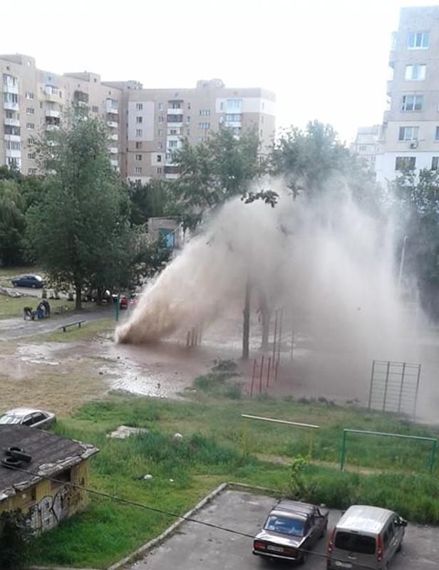 """""""Гейзер"""" из воды и грязи местные жители видели около 12:00"""