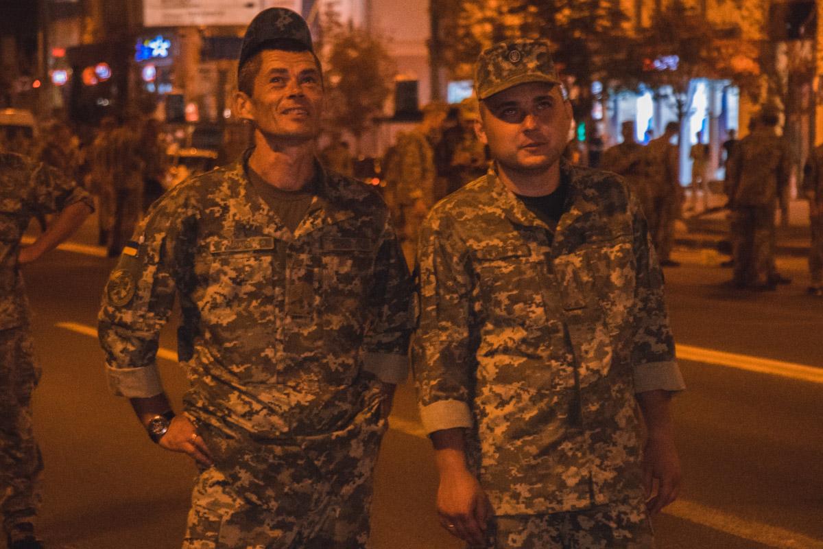 Сотни военнослужащих прошли колонной от Бессарабской площади до Европейской