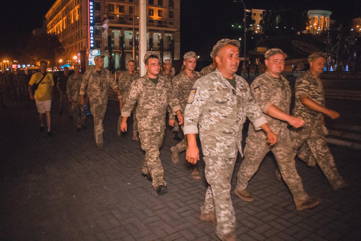 Потом колонной по тротуару они вернулись обратно к Бессарабской площади