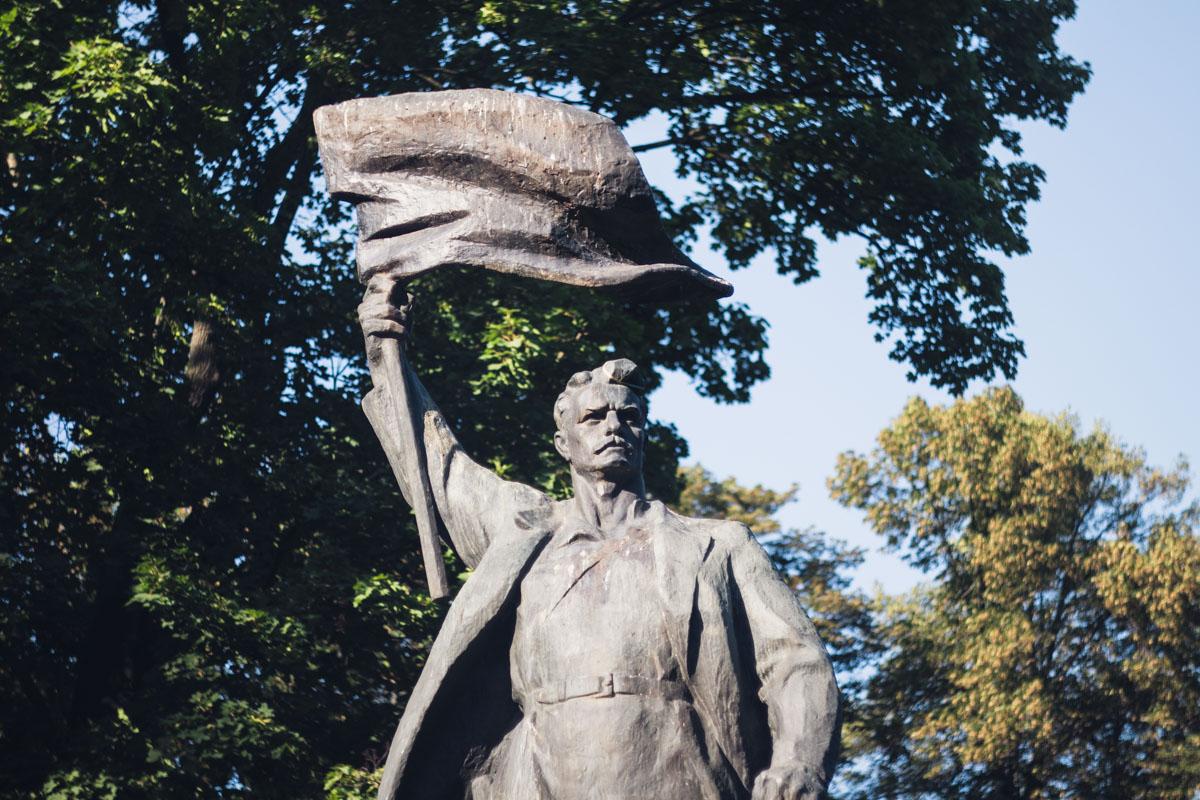 Исторический бронзовый монумент рабочего с развевающимся знаменем