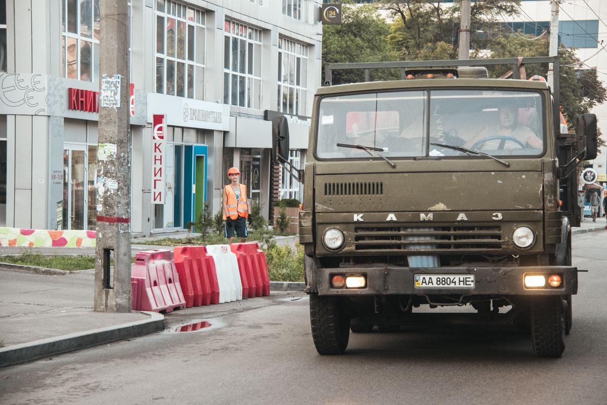 В перекрытии Шулявского моста участвовали три экипажа патрульной полиции и машина скорой помощи