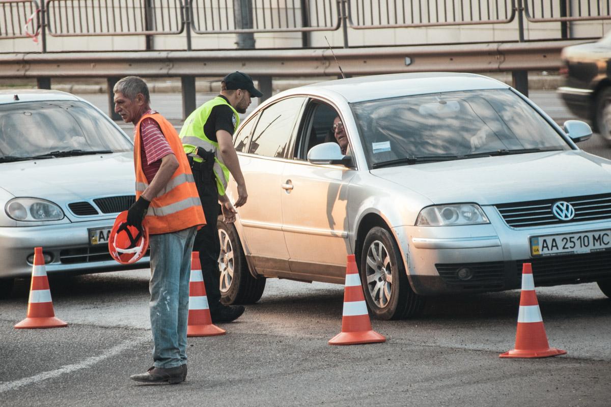 Ровно в 6:00 полицейские оградили путепровод конусами
