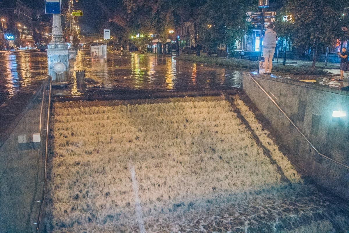 "Вода затапливает вход в ""Метроград"""