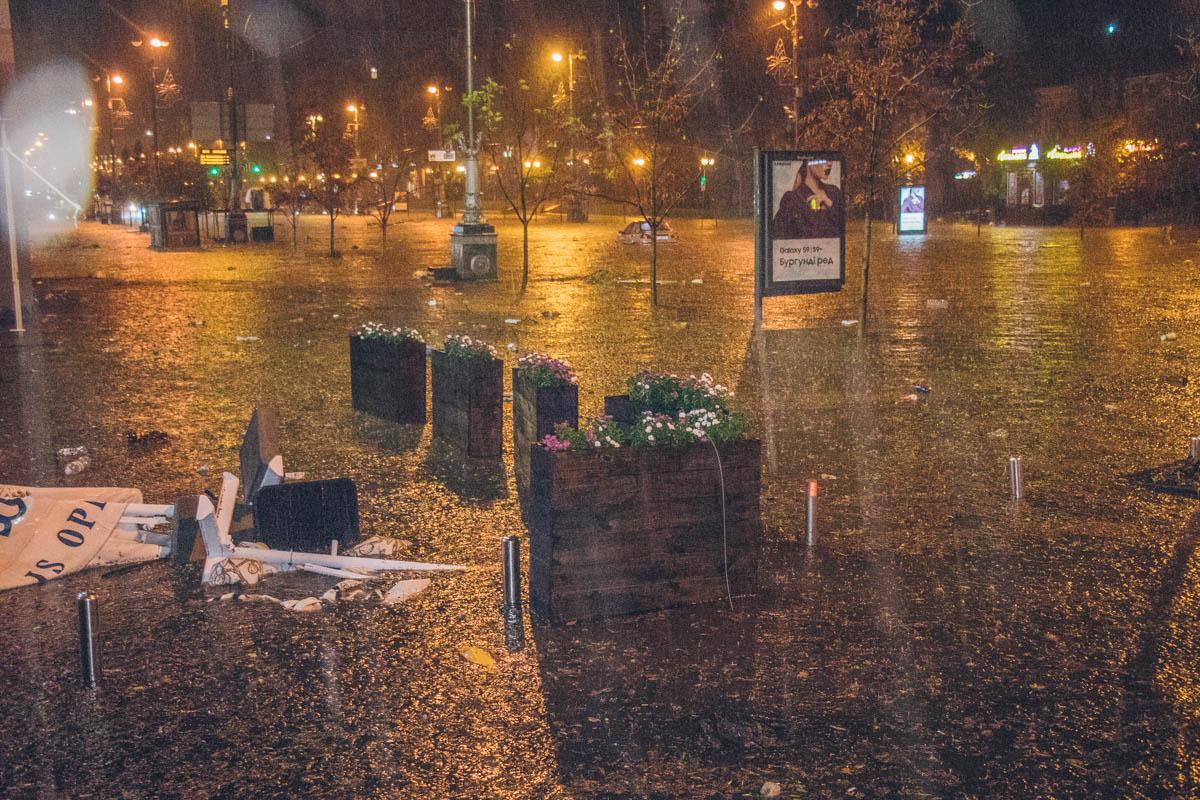 Жители мегаполиса проснулись от яркой молниии сильного дождя с градом, который бил в окна
