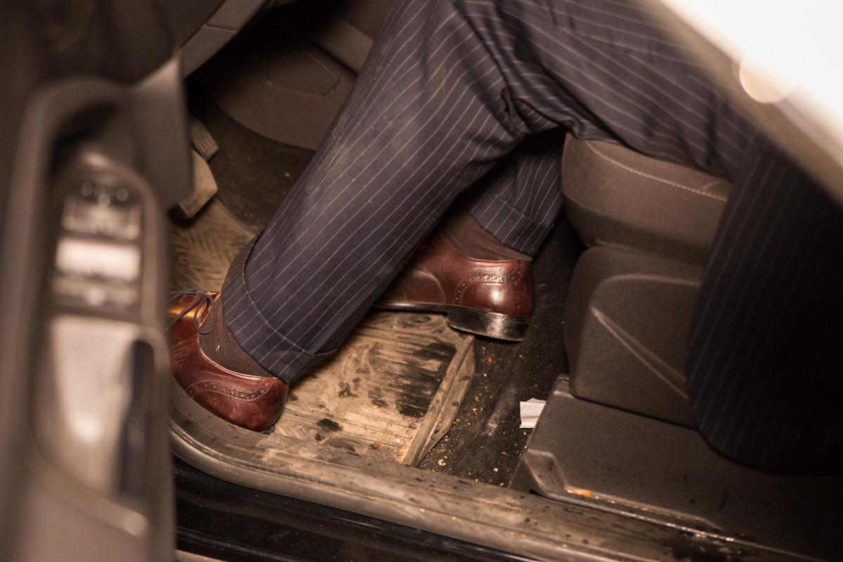 На водительском коврике машины и рубашке Александра были следы не до конца переваренной пищи