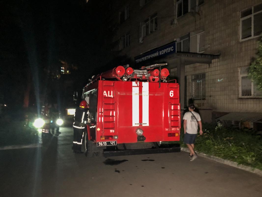 К месту событий прибыли пожарные расчеты и обследовали помещения корпуса