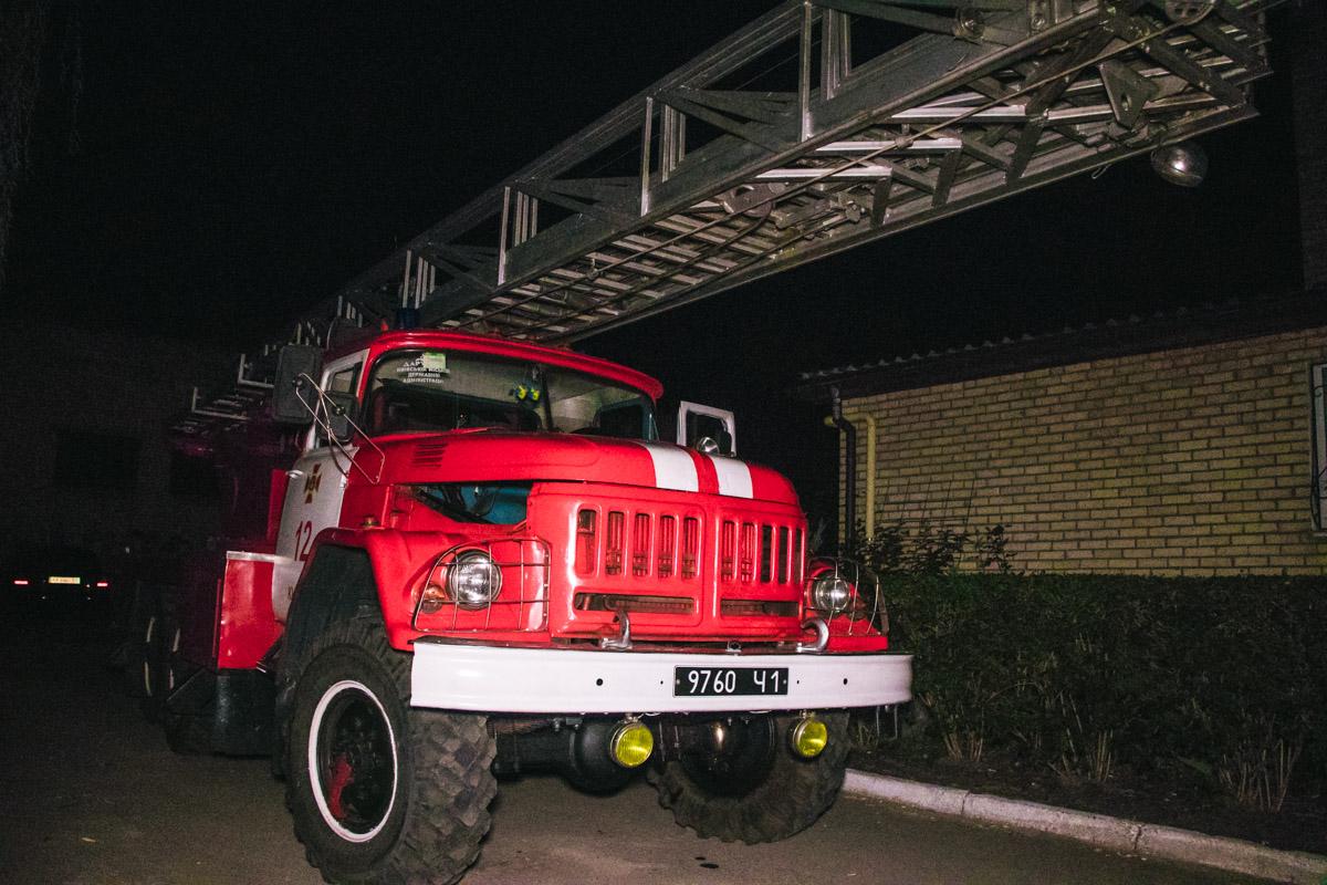 На месте происшествия работала машина пожарной лестницы