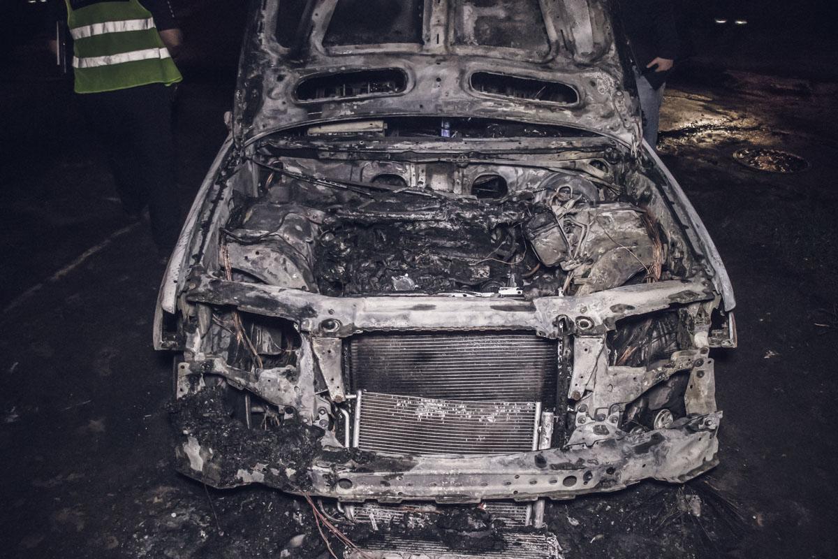 """Во дворе дома по адресу улица Бальзака, 58 полностью сгорел внедорожникBMW Х5 на """"еврономерах"""""""