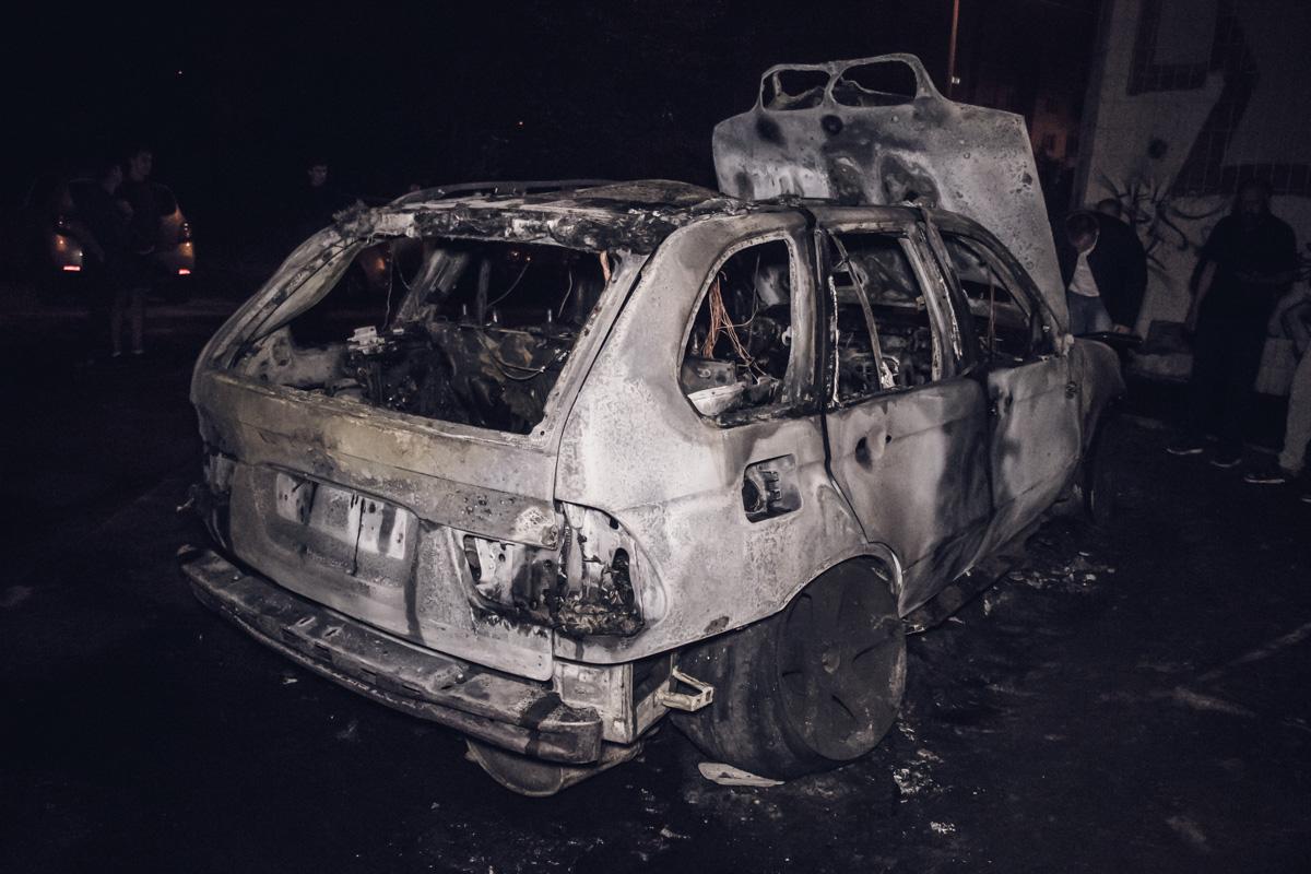 В результате пожараBMW сгорел дотла