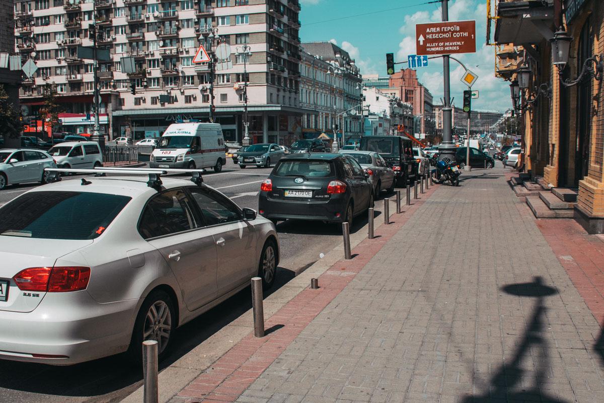 В Киеве коммунальщики установили почти 2 тысячи парковочных столбиков