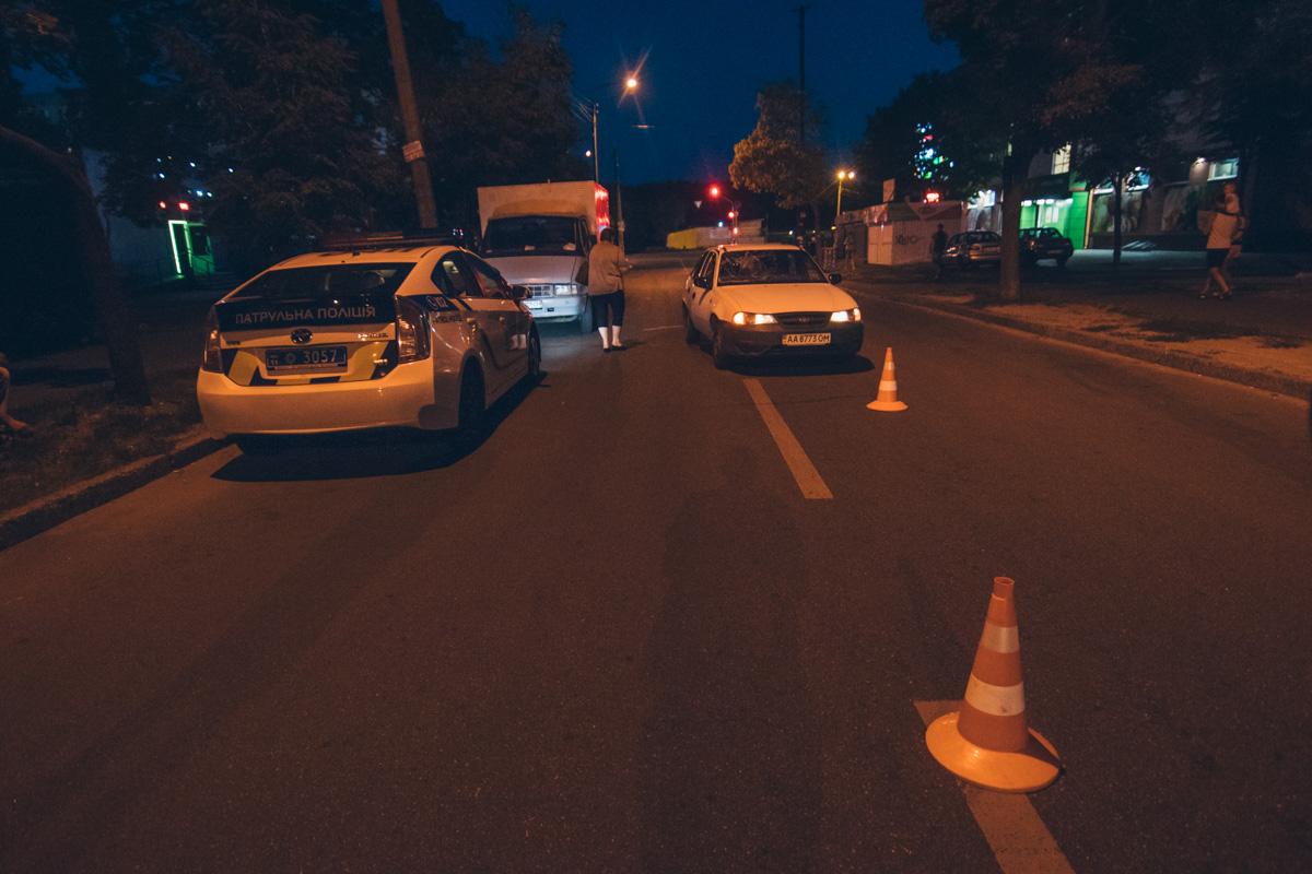 Из-за припаркованной у обочины Газели молодой человек перебегал дорогу в неположенном месте