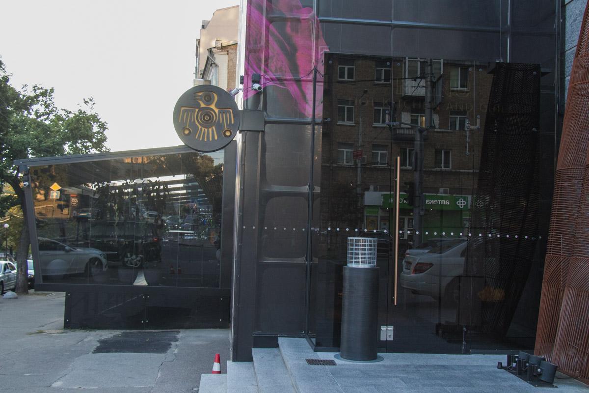Ресторан привлекает внимание прохожих своим строгим черным фасадом