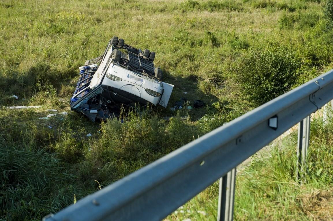 Микроавтобус с украинцами по неизвестным причинам съехал с дороги и перевернулся
