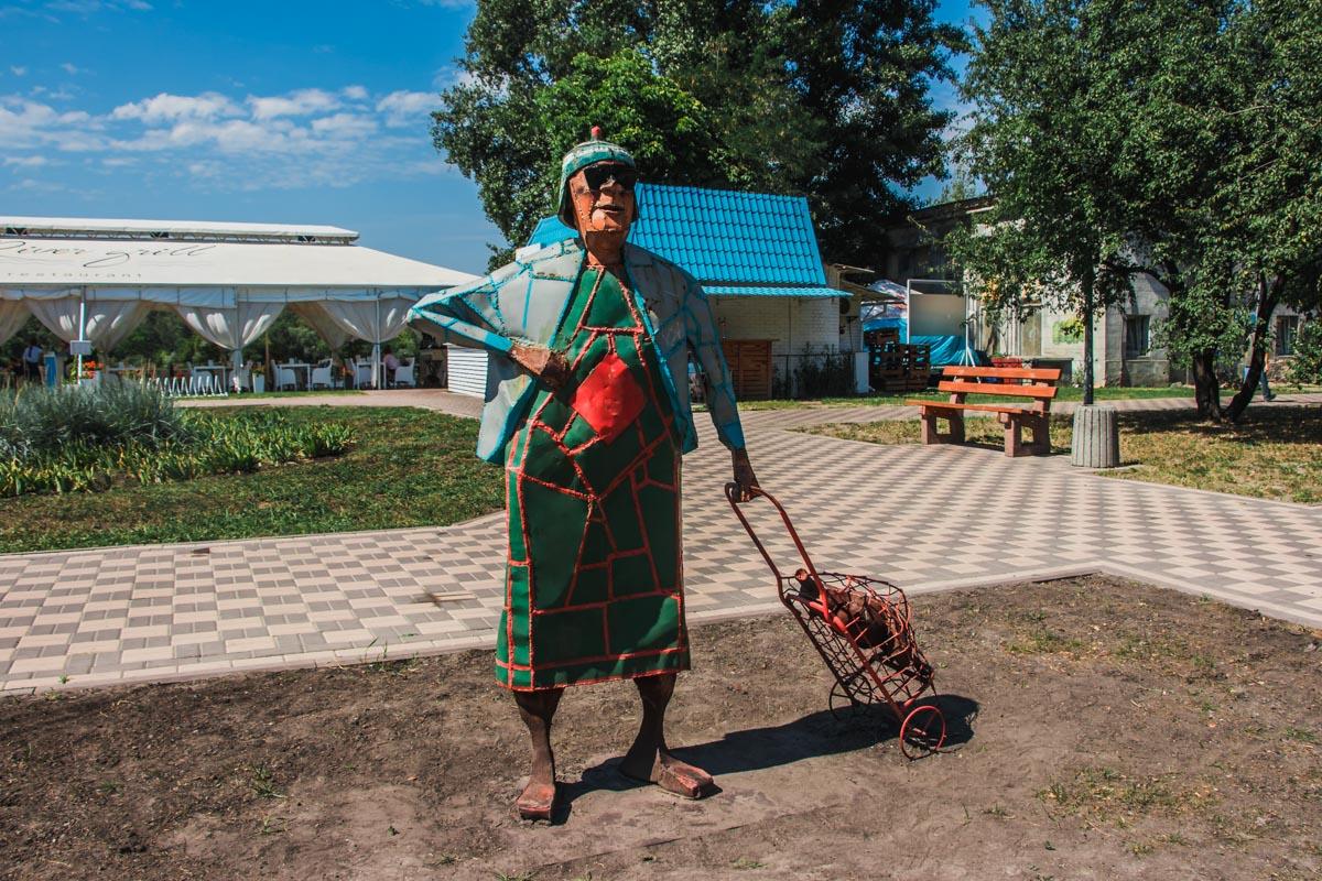 Территорию около скульптуры бабушки с кравчучкой облагородили