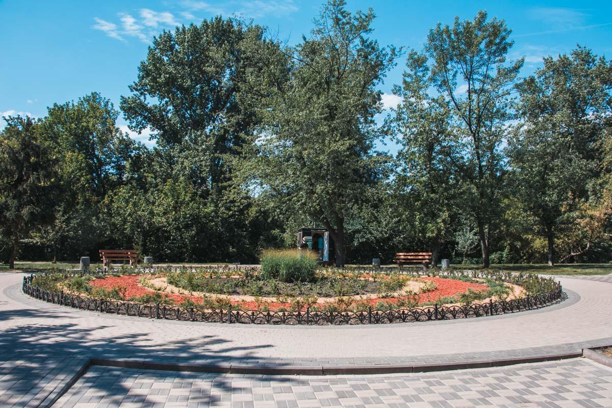 Чтобы в зеленую зону парка не заезжали автомобили, установили 100 хромированных антипарковочных столбика
