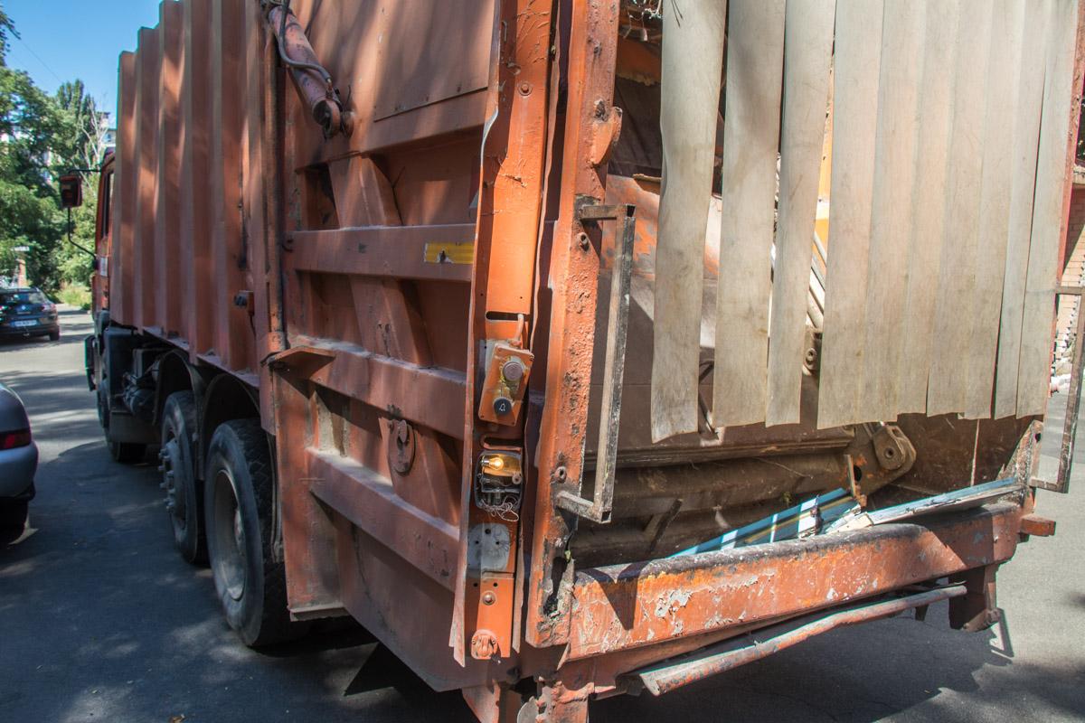 Мужчина выгружал мусор в мусоровоз и по неосторожности с ним произошел несчастный случай