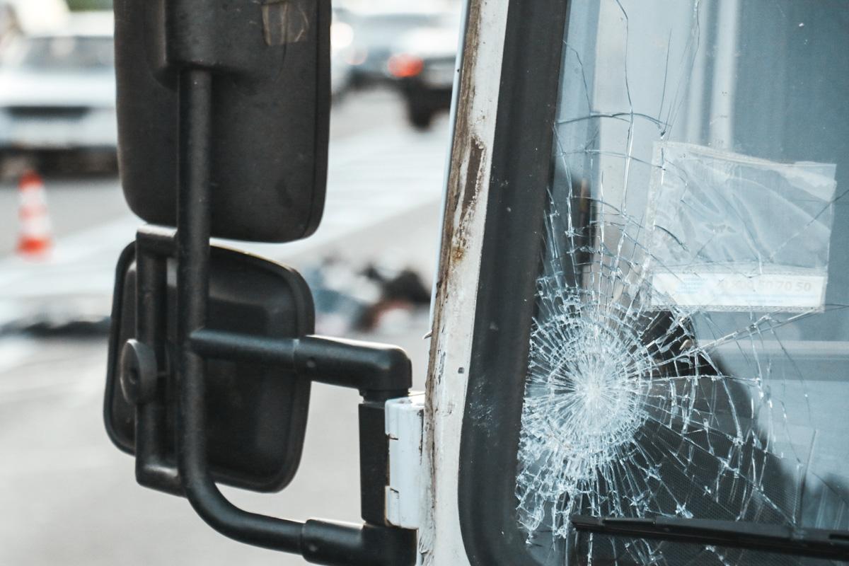 Пешеход ударился головой в стекло и стойку грузовика