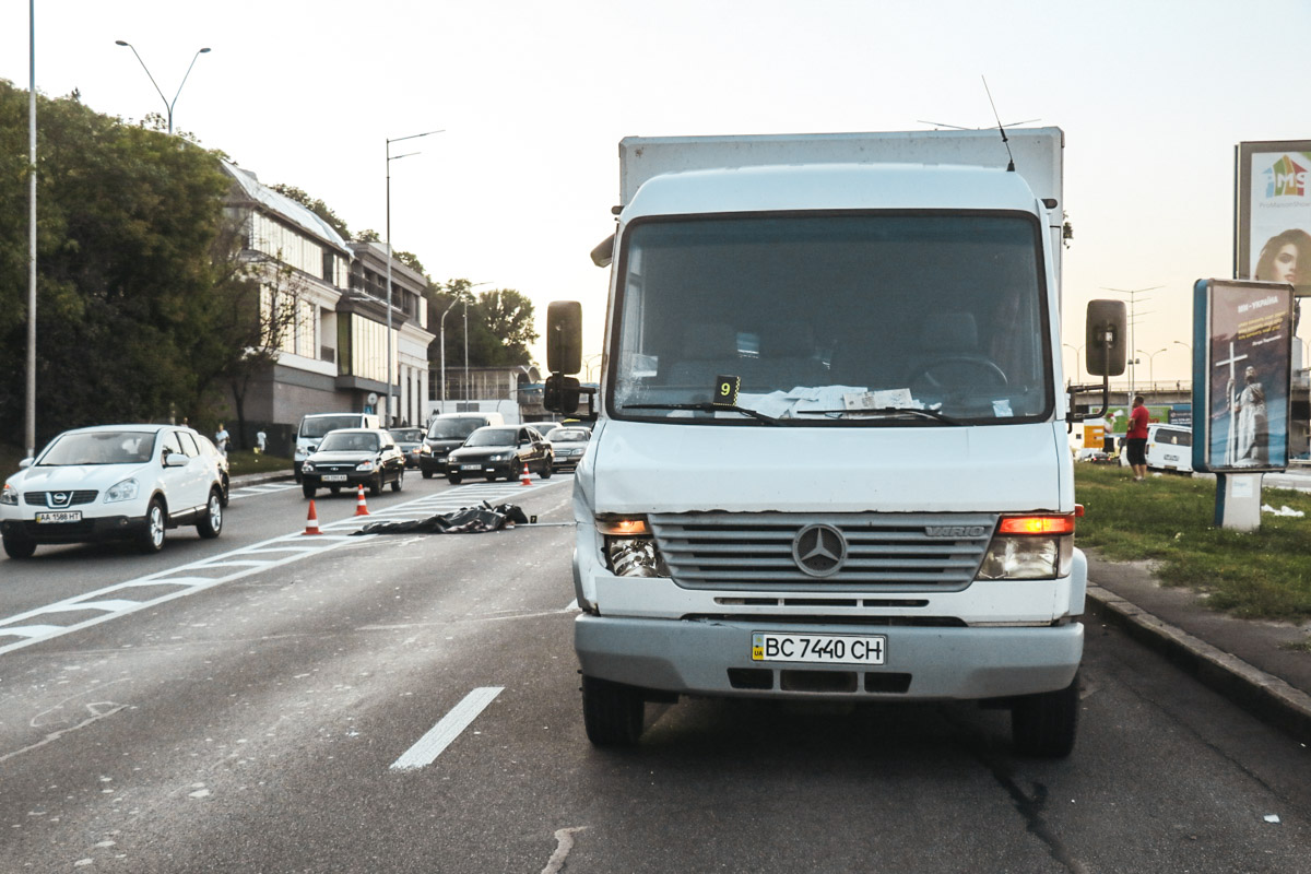 На Набережном шоссе грузовик Mercedes сбил человека