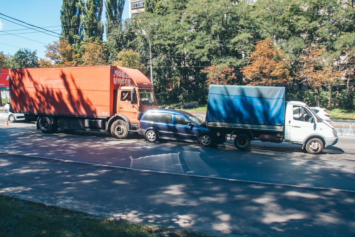 По словам полиции, авария произошла из-за того, что водительMercedes-Benz не соблюдал дистанцию и превысил скорость