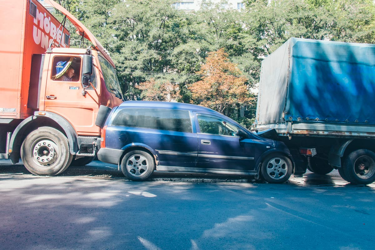 Поток машин начал останавливаться иMercedes врезался в Astra, тот в свою очередь оказался по Газелью