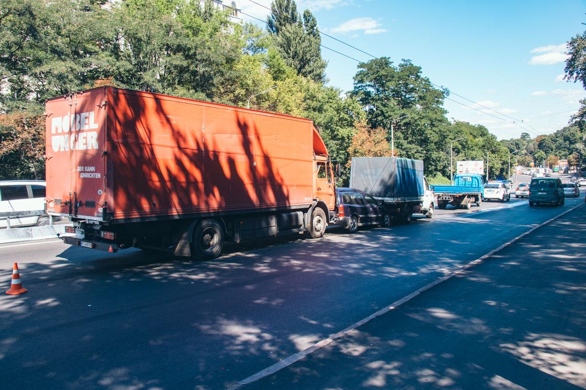 В Киеве по адресу улица Елены Телиги произошло тройное ДТП