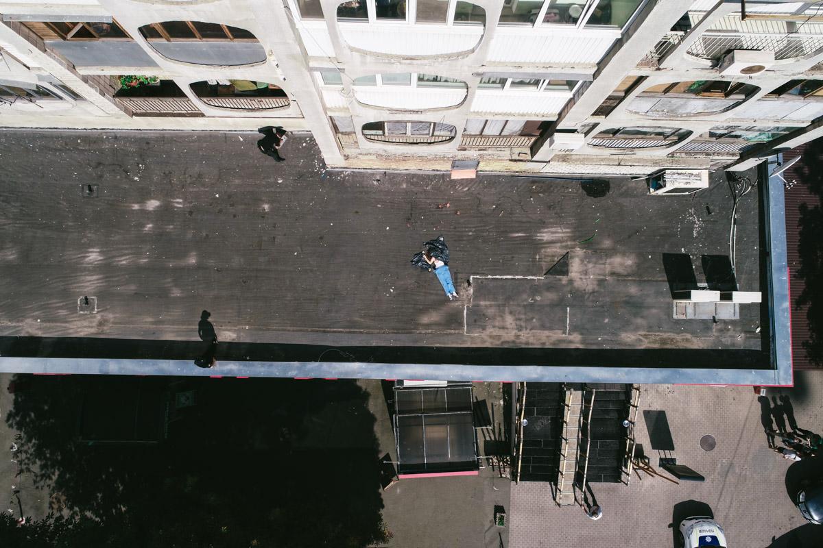 С 11 этажа дома по адресу улица Златоустовская 44/22 выбросилась молодая женщина