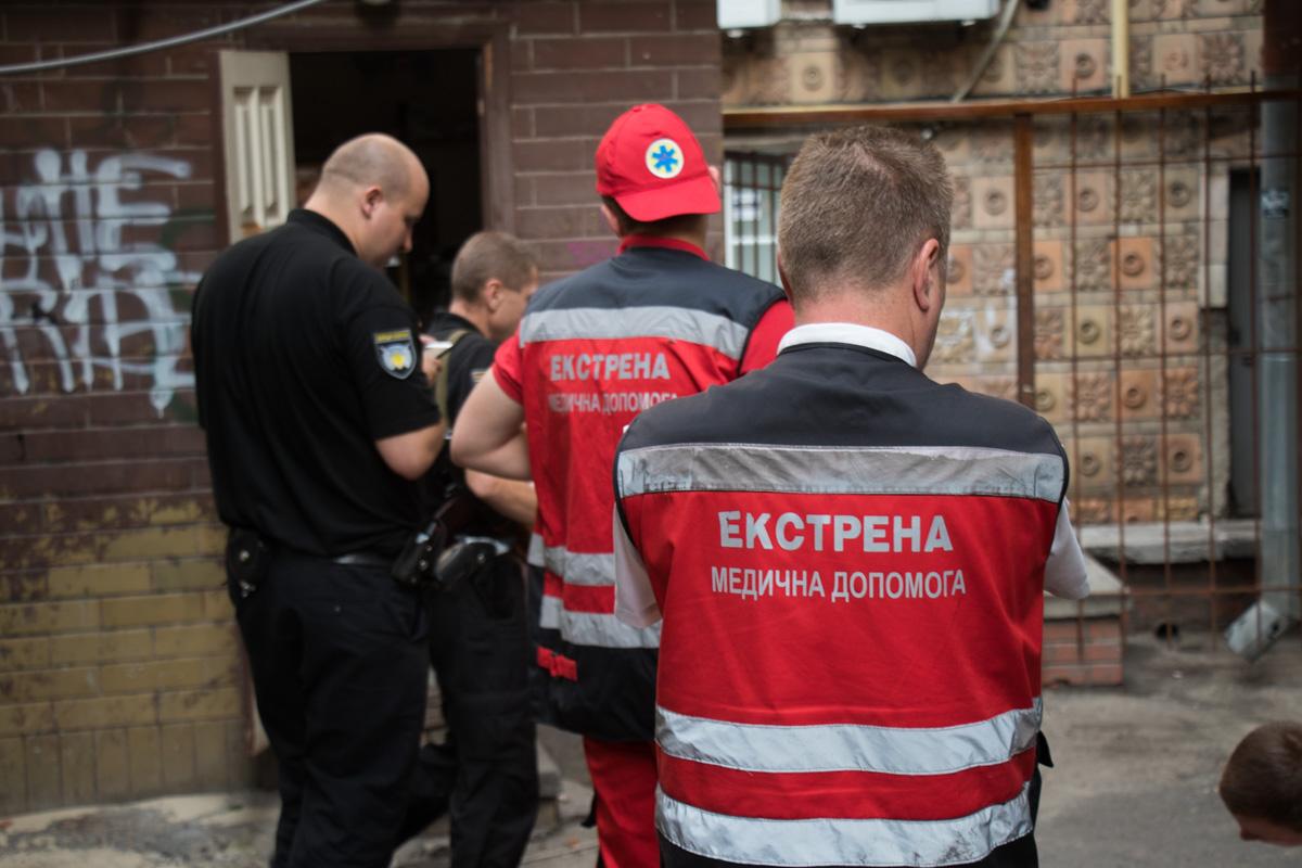 К отелю по адресу улица Крещатик, 13/2 прибыли медики и патрульная полиция