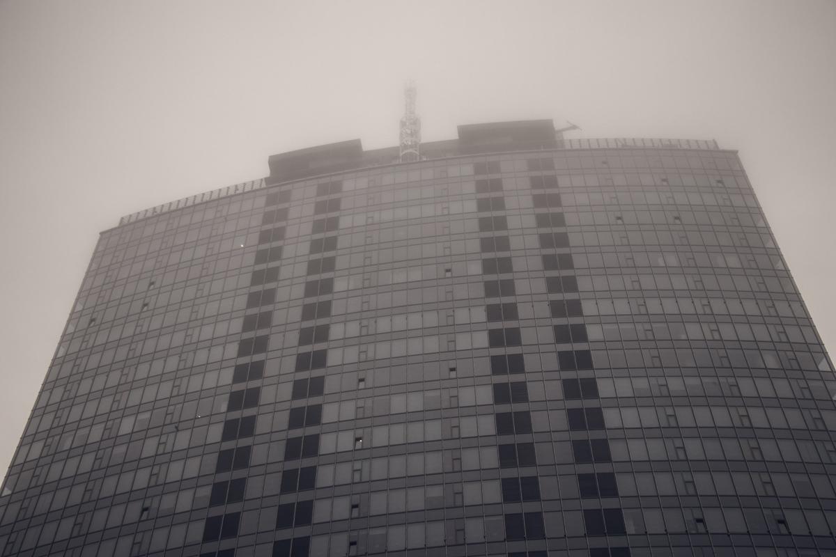 Туман небольшой дымкой спустился на улицы столицы