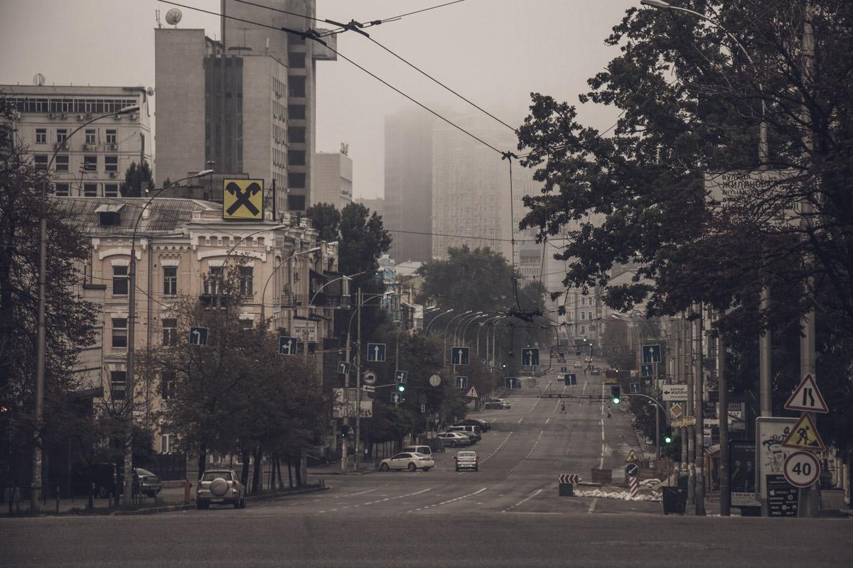 """Не успев очнуться от жары предыдущего летнего дня, жители столицы проснулись """"в осени"""""""