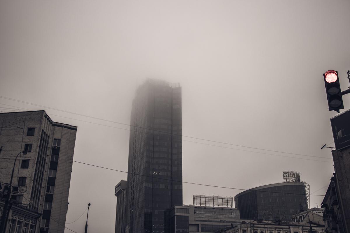 На утренний Киев опустился густой туман