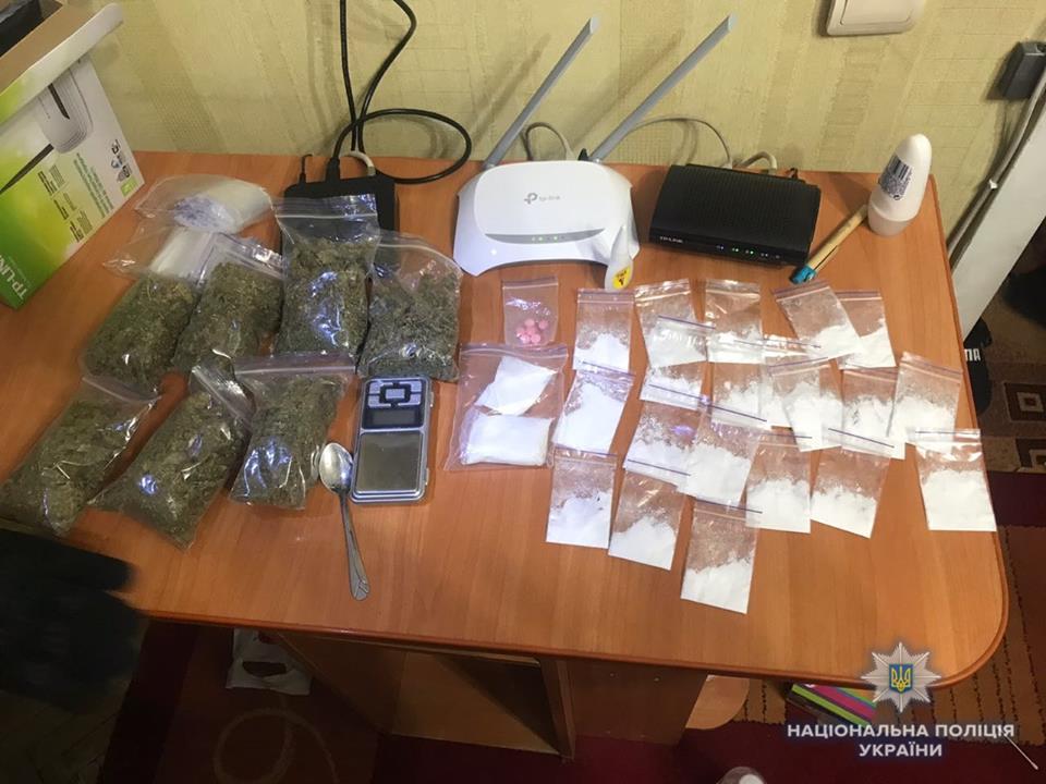 Также во время обысков по месту жительства задержанного полиция изъяла наркотические вещества