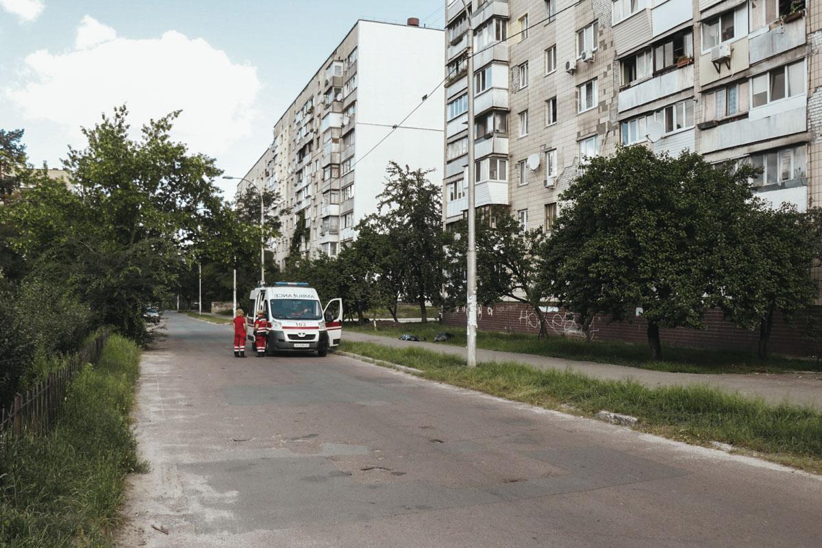 76-летний мужчина шел по улице и упал